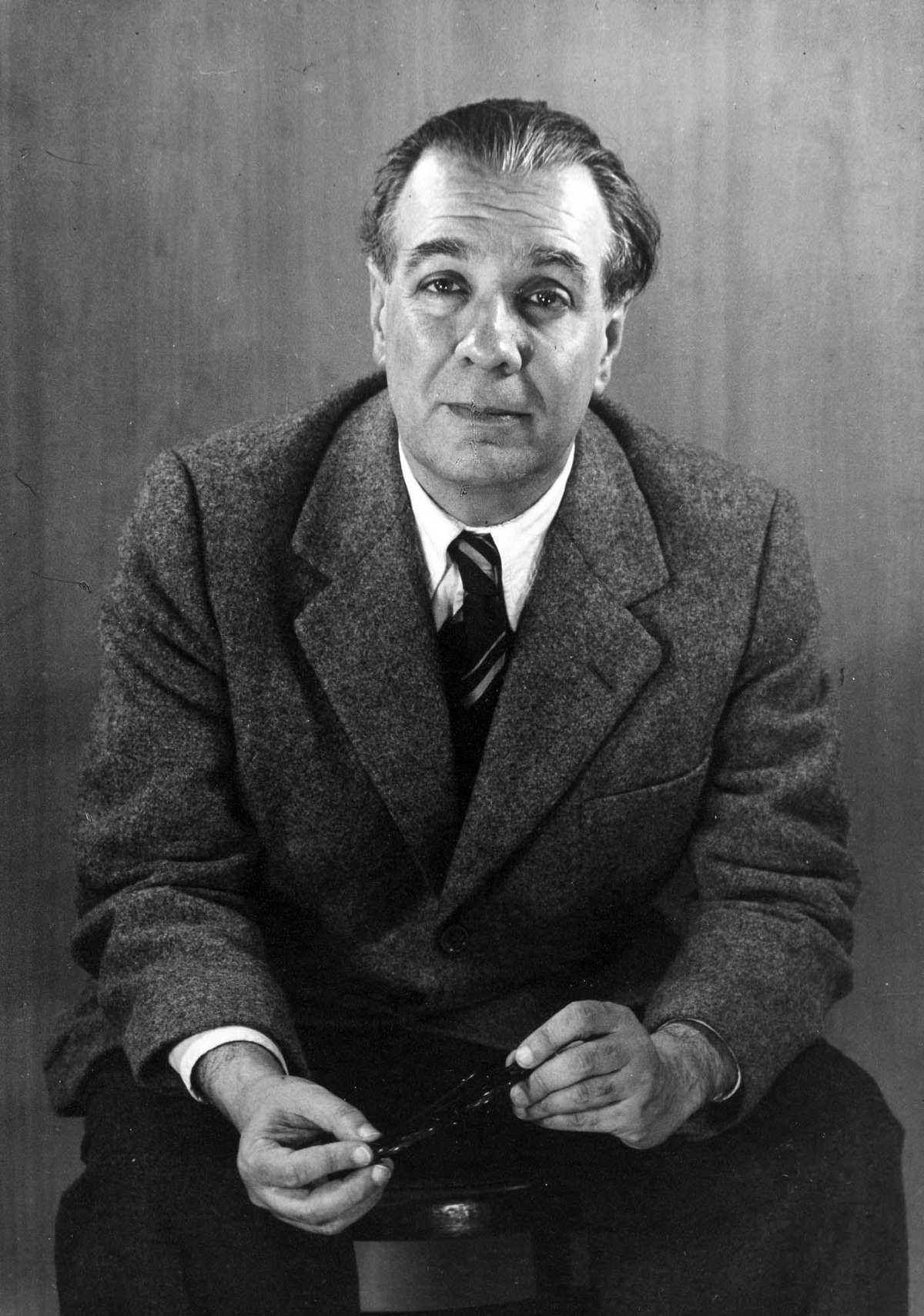 Он начал писать в шесть лет, а в девять перевел «Счастливого принца» Оскара Уайльда на испанский.